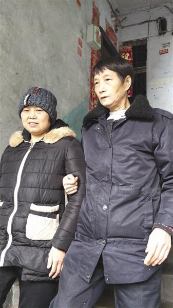 牟昌琼(左)和刘兴碧(右)一路外出。成都商报 图