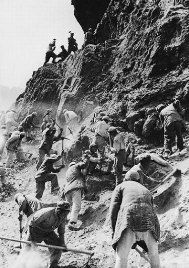 """驻藏部队官兵发扬""""两不怕""""精神奋力修通康藏、青藏公路。资料照片"""