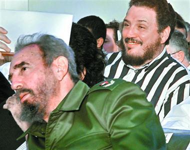 古巴革命领袖菲德尔·卡斯特罗和长子菲德尔·卡斯特罗·迪亚斯-巴拉特(右)。视觉中国