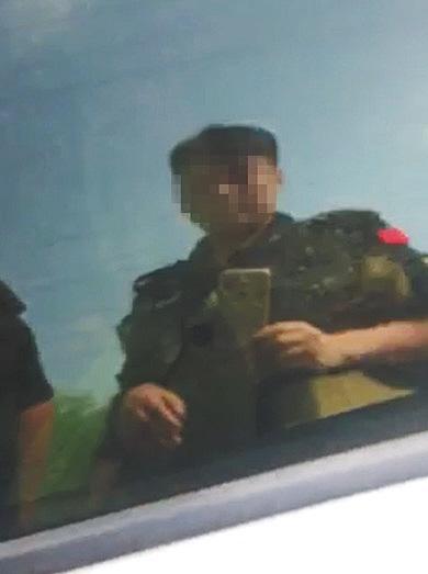 河北馆陶县涉事辅警用手机拍摄不雅视频。
