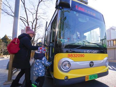 北京首批新能源专用号牌公交车上路运营