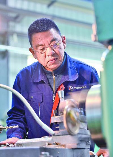 特级技师王阳在中国航天科工集团三院111厂的数控加工车间加工零部件。新华社发