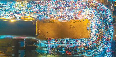 图为等待过海的车辆排起长龙。   张 茂摄(人民视觉)