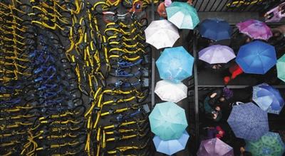 2017年3月24日,北京一个公交车站外的各色单车。图/视觉中国