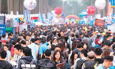 台大校园椰林大道上挤满招聘人员及找工作的年轻人。徐兆玄摄