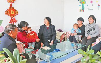 2017年3月底,申纪兰从北京回来后去村民家传达两会精神。