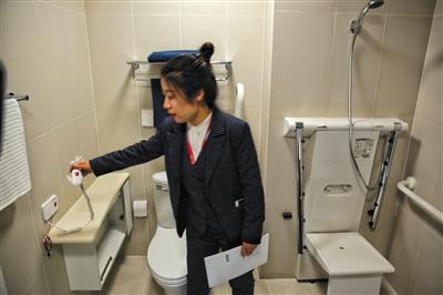 昨日,恭和养老中心,卫生间配有坐式淋浴和紧急呼叫器。