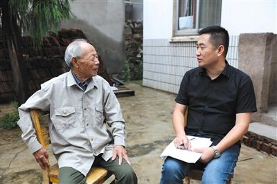 作者李晓方(右)与南京大屠杀幸存者。 受访者供图