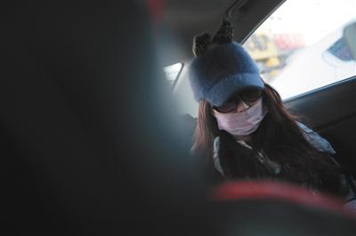 """昨日下午,""""7·23北京八达岭老虎伤人案""""原告赵女士在庭审结束后乘车离去。新京报记者 朱骏 摄"""
