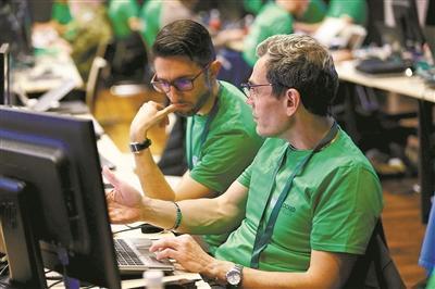 2017年4月,北约在爱沙尼亚举行大规模网络防御演习,训练保护网络安全的专业人员。图为工作人员在爱沙尼亚首都塔林设立的网络战防御中心参加演习。发