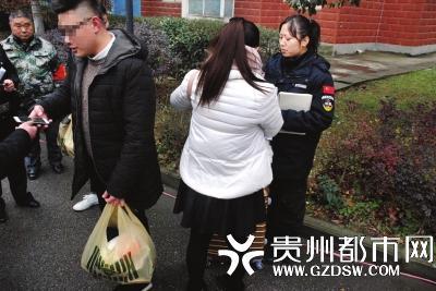 混在行人中被盘查到的3名涉传人员。
