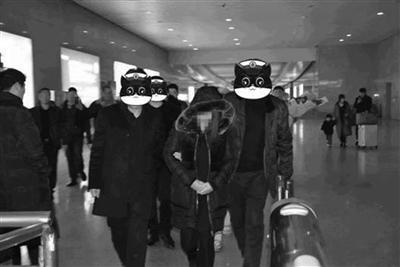 徐州警方将涉案人员从外地带回。警方供图