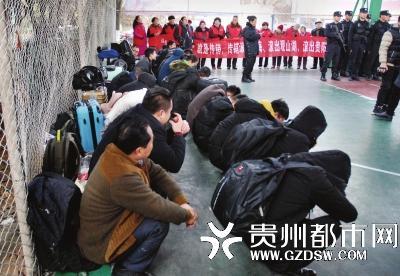 被抓获的传销人员在篮球场蹲成两排。