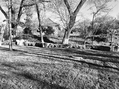 北大内现存的圆明园三孔桥石构件。图片来源:北京青年报