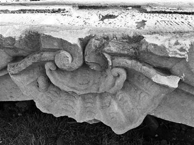 """石构件上出现的疑似""""新伤""""。图片来源:北京青年报"""