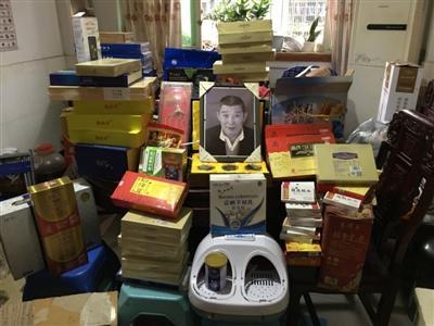 郭绍清老人的遗像放在一堆他生前买的保健品中间