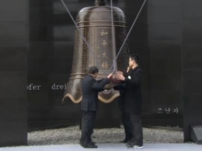 现场:6名南京各界代表撞响和平大钟 放飞和平鸽
