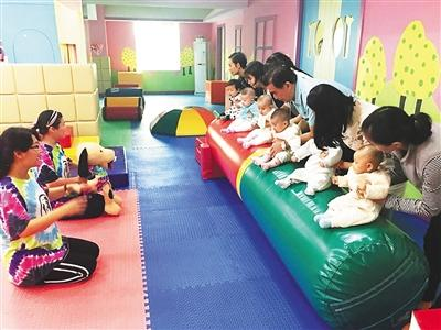 家长带孩子上早教班。 受访者供图
