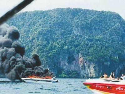 ↑1月14日,泰国南部甲米府皮皮岛附近发生的快艇起火爆炸事故现场。新华社发
