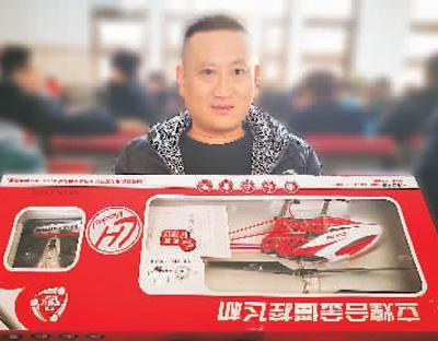 张红元给儿子带了大飞机模型。