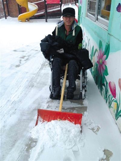 今年冬天,戴着假肢,坐着轮椅的宋学文在吉林老家扫雪。受访者供图