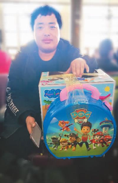 吉林省四平市的邢野给女儿带了玩具。