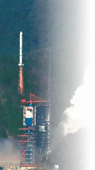 """1月25日13时39分,中国在西昌卫星发射中心用长征二号丙运载火箭,成功将遥感三十号04组卫星发射升空,卫星进入预定轨道,发射任务获得圆满成功。据介绍,这次发射同时搭载""""微纳-1A""""卫星。   梁珂岩摄(新华社发)"""