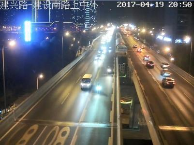 三辆摩托在二环高架上侵走BRT车道。