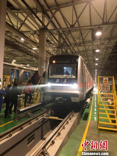 北京地铁燕房线开通运营。 马海燕 摄