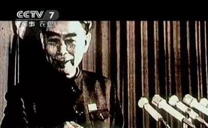 """周总理宣布""""东方红一号""""卫星发射成功。"""