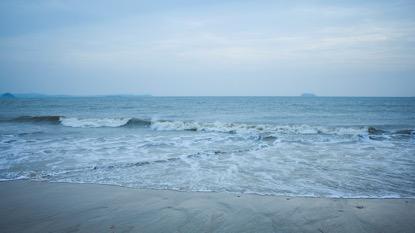 海水浴场几十年来一直是老厦门人的游泳、戏水的好去处。天空开始下起了小雨,沿着海滩来到了人最多的白城沙滩。蜿蜒数百米的海