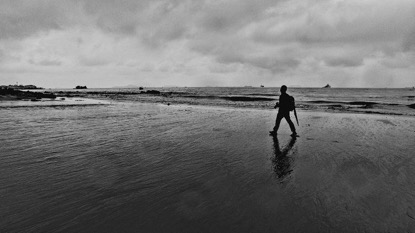 学员彭凯剑在沙滩边漫步。