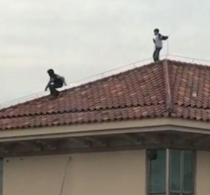 8名熊孩子爬上34楼屋顶玩耍:抓避雷针来回走