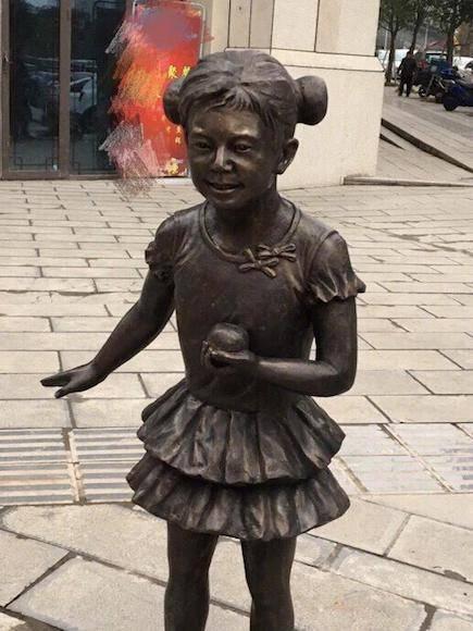 万盛老街神似何炅的雕像 何炅微博截图