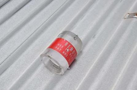 疑似美军机掉落在幼儿园屋顶上的物体(图片来源:日本《冲绳时报》)