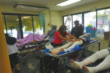 ↑受伤游客正在接受救治。