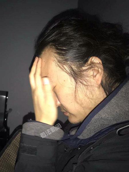 昨晚19时许,赵勇在丰润殡仪馆等待父亲尸检
