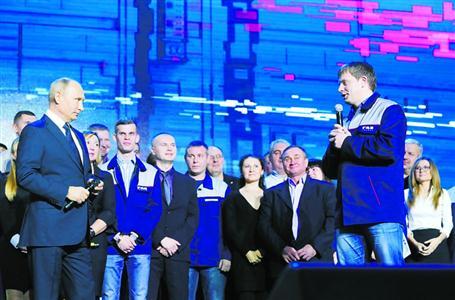 6日,在俄罗斯下诺夫哥罗德的高尔基汽车厂,俄总统普京(前左)与工人们见面。新华社 发