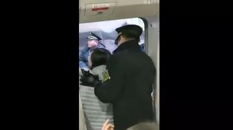 新京报评女子阻拦高铁发车:出来耍泼迟早是要还的