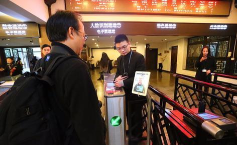聪明乌镇到处都浸透着互联网元素,在检票口,旅客曾经能够休会刷脸进景区的黑科技。 浙江在线 张清直 摄