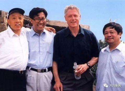 李肇星陪前美国总统克林顿游长城