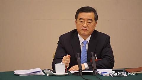 黑龙江省委书记张庆伟叫停下属发言。新京报记者 薛珺 摄