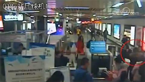 女子乘地铁携带枪支 安检员谎称演习疏散乘客
