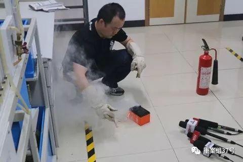 消防进行电瓶车短路试验。消防供图