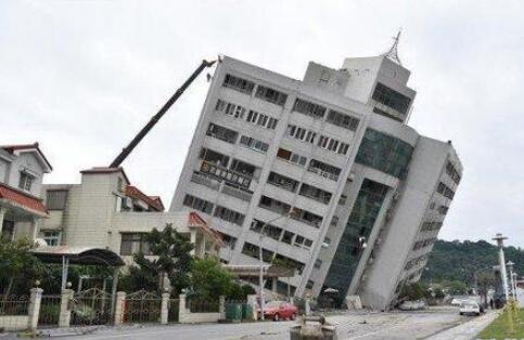 2月6日,台湾花莲市发生5.6级强震,图为地震中倾斜的玉翠大楼。(资料图)