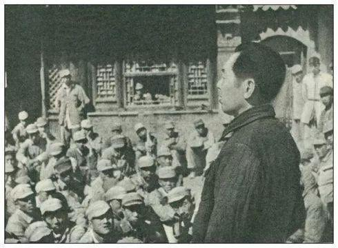 1947年3月,在蒋介石部队大肆防御陕甘宁边区时,周恩来同道追随毛主席留在陕北,参加国民战斗的引导任务。这是周恩来同道在陕北神泉堡作总抨击的发动讲演。