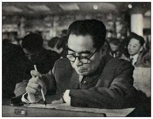 1954年9月,周总理在第一届全国人民代表大会第一次会议上。