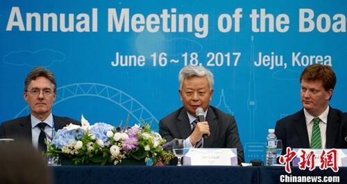 2017年6月17日下午,亚投行方面在韩国济州举行新闻发布会。亚投行行长金立群(图中)介绍亚投行第二届理事会年会主要成果并回答记者提问。 中新社记者 吴旭 摄