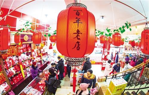 1月7日,江西南昌市西湖区洪城大市场,顾客在选购商品。新年过后,当地百年老店顾客络绎不绝,商品销售红火。 陈 莉摄