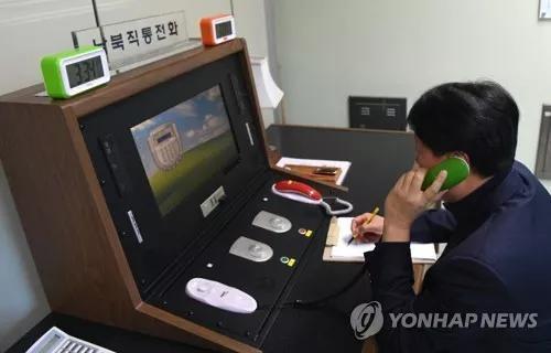 △1月3日下午3点34分,在板门店联合警备区联络事务所,韩方联络官拿起韩朝直通电话的话筒与朝方通话。